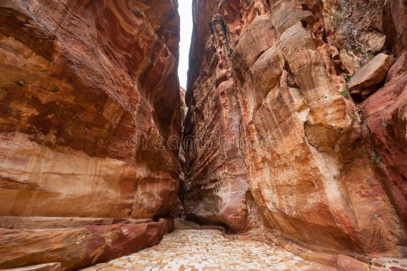 Siq - узкое ущелье к Petra древнего города, Джордан стоковая фотография rf