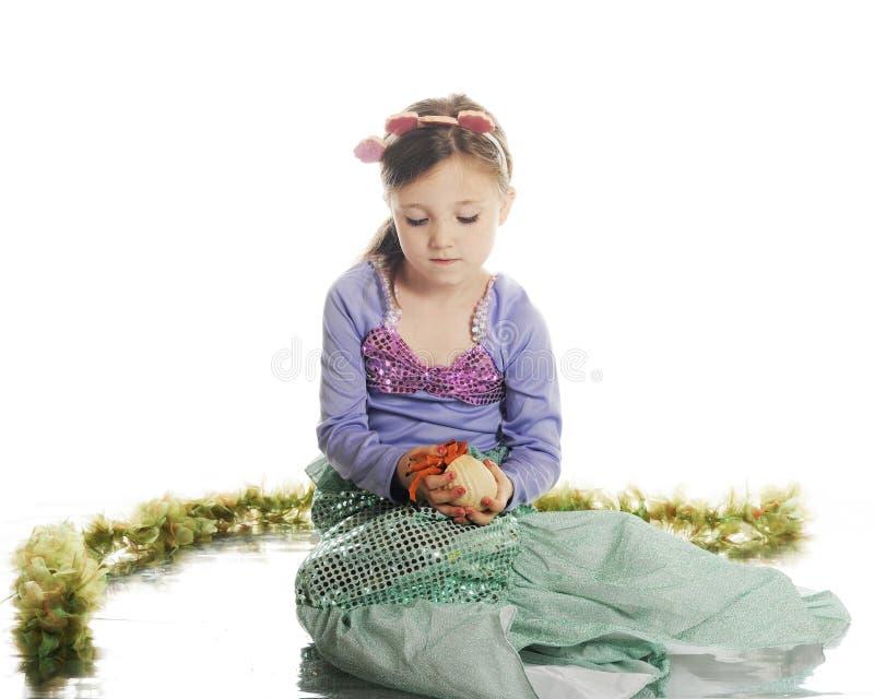 Sirène étudiant le bernard l'ermite photo libre de droits