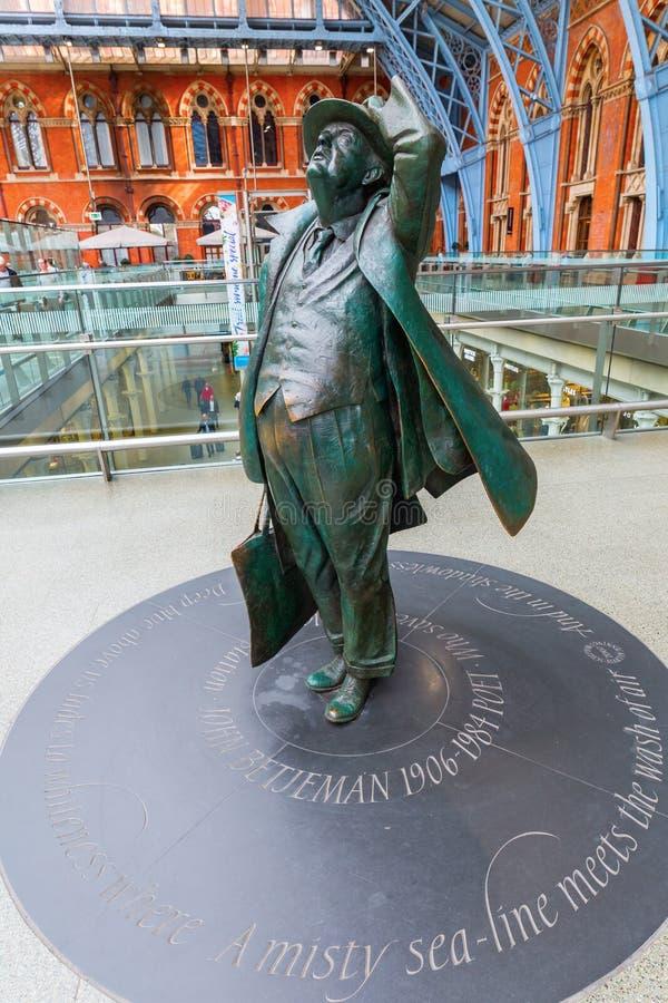 Sir Betjeman statua przy St Pancras stacją obraz royalty free
