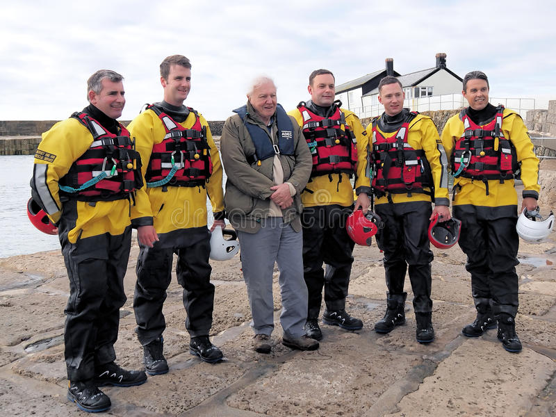 Sir David Attenborough With Local Lyme Regis Firemen royaltyfri fotografi