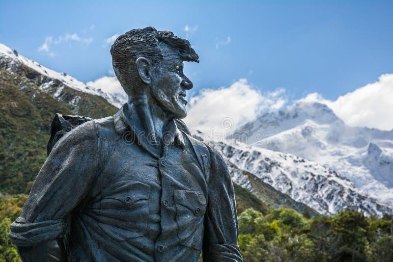 Sir Edmund Hillary Statue che guarda verso il picco del cuoco del supporto, Nuova Zelanda immagini stock