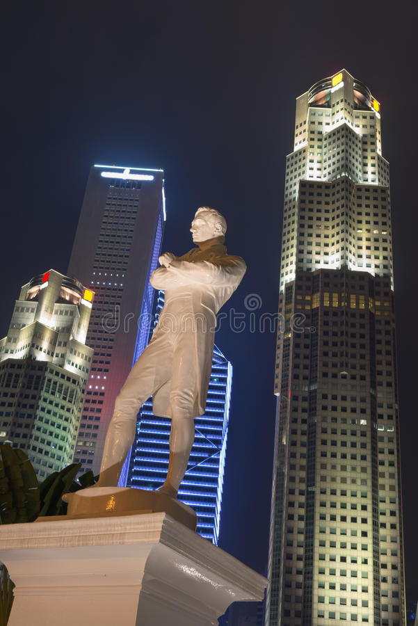 Sir Stamford Raffles staty på natten, Singapore royaltyfri fotografi