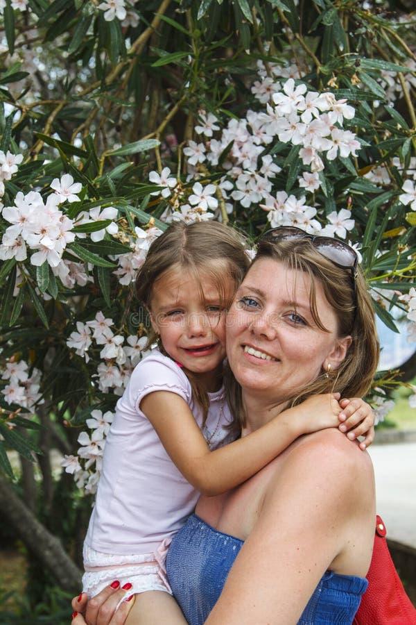 sira de mãe à filha de grito dos abraços e acalme-a para baixo foto de stock royalty free
