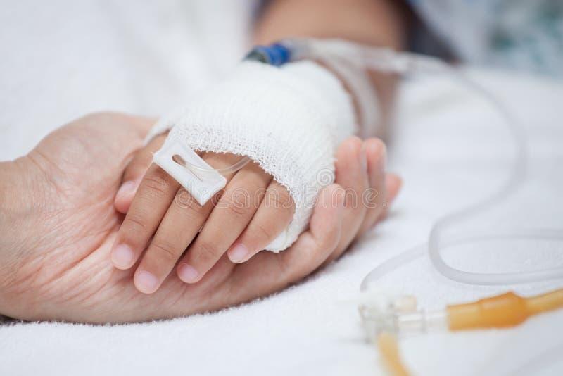 Sira de mãe à mão que guarda a mão da criança que tem a solução IV imagens de stock