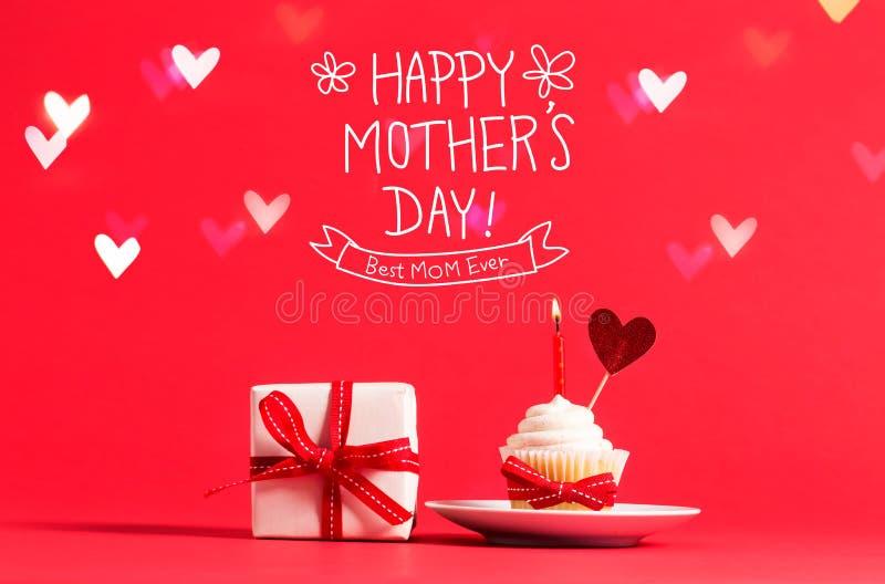 Sira de mãe à mensagem do dia do ` s com queque e coração imagens de stock royalty free
