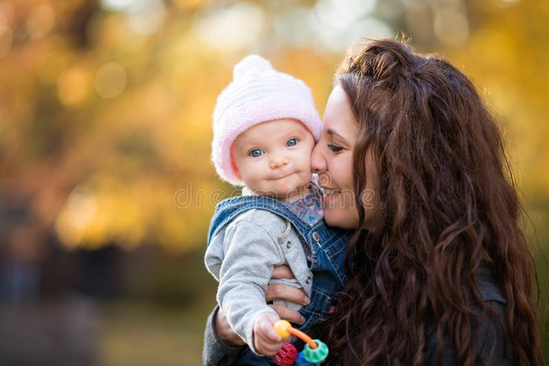 Sira de mãe ao bebê da terra arrendada fotos de stock royalty free