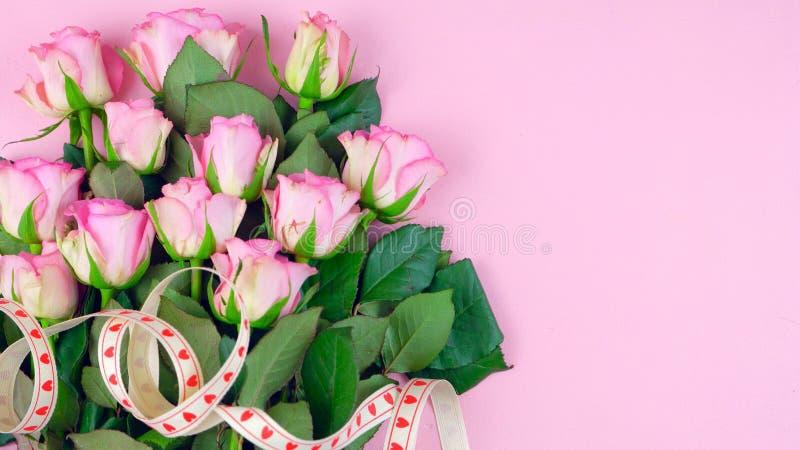 Sira de mãe ao fundo do dia do ` s de rosas cor-de-rosa com espaço da cópia na tabela de madeira cor-de-rosa ilustração do vetor