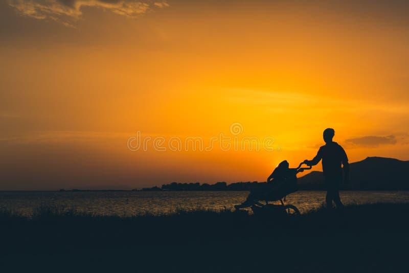 Sira de mãe ao passeio em uma praia com o passeante que aprecia a maternidade fotos de stock