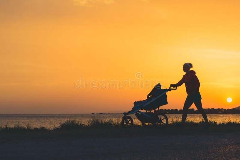 Sira de mãe ao passeio em uma praia com o passeante que aprecia a maternidade fotografia de stock