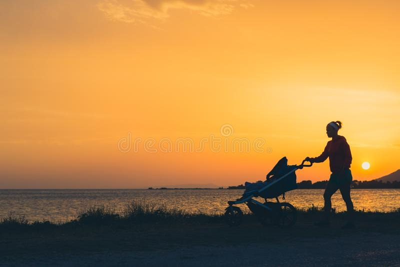 Sira de mãe ao passeio na praia com o passeante que aprecia a maternidade fotos de stock royalty free