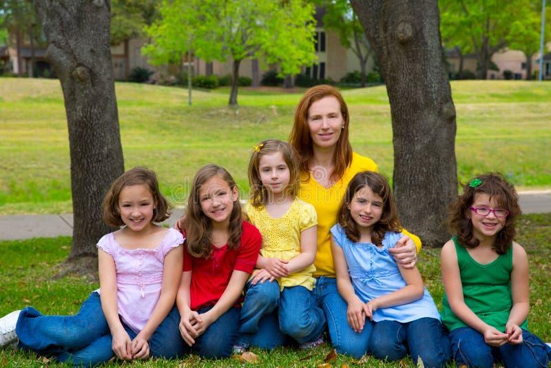 Sira de mãe ao professor com os alunos da filha no parque do campo de jogos imagem de stock royalty free
