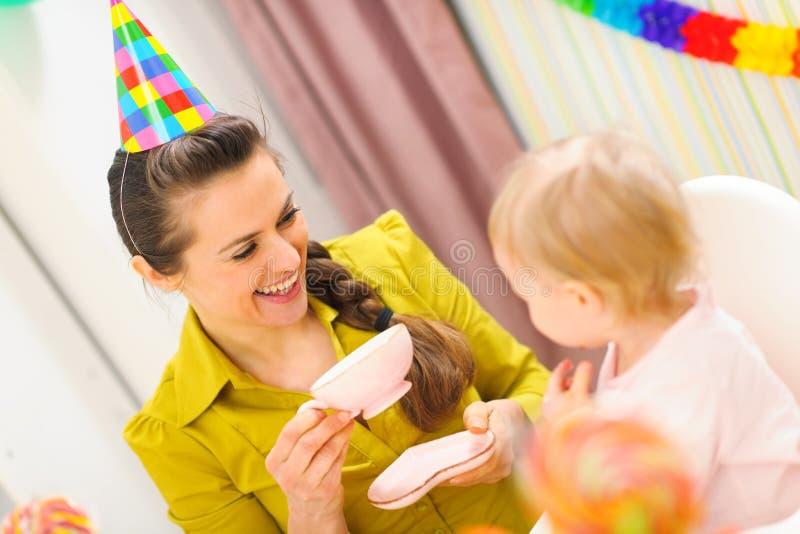 Sira de mãe a comer o chá na celebração do aniversário do bebê imagens de stock royalty free