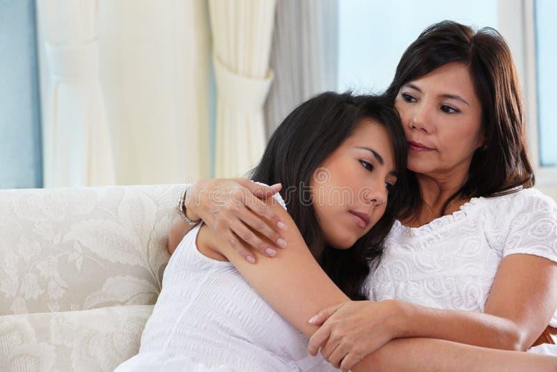 Sira de mãe a consolar sua filha fotos de stock