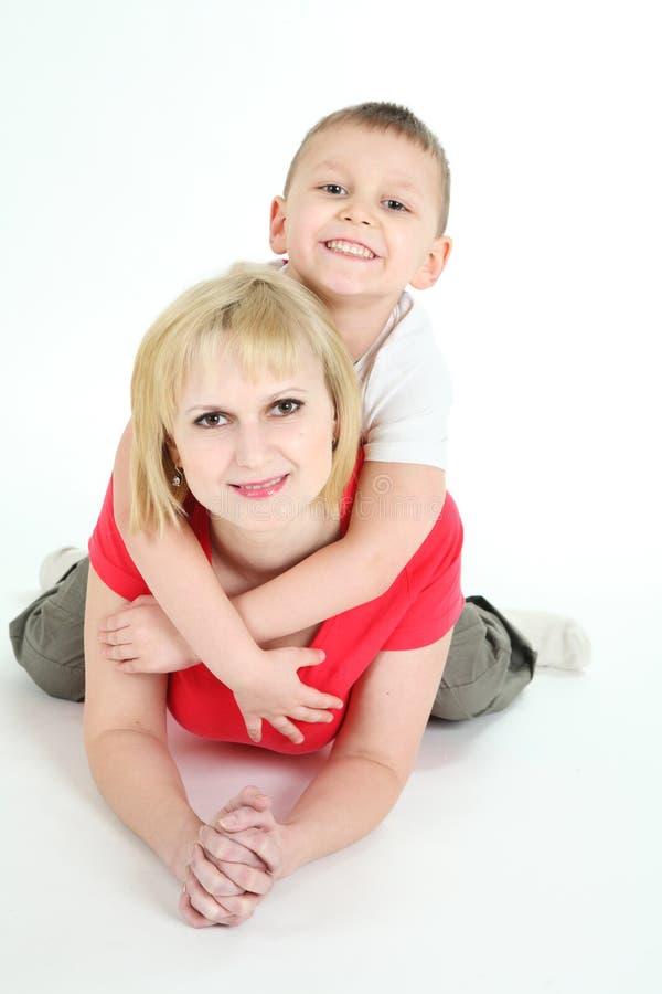 Sira de mãe e a mentira do filho em um assoalho. imagens de stock