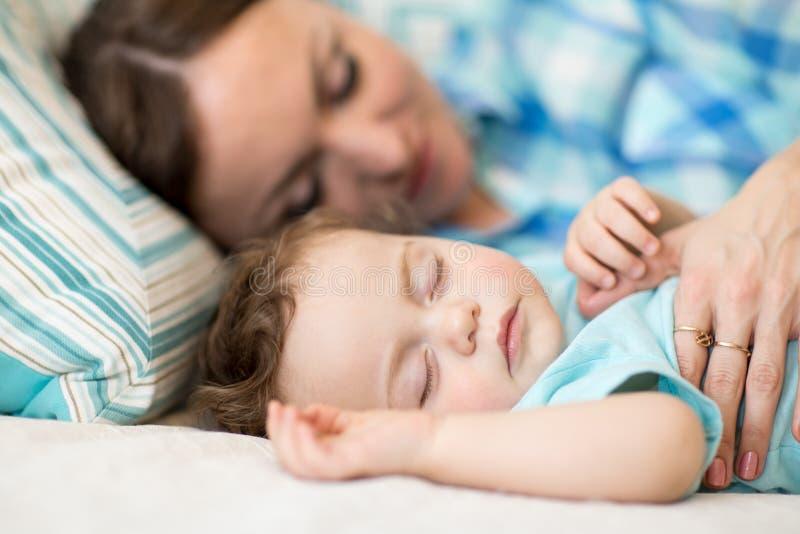 Sira de mãe e seu bebê do filho que dorme junto em um quarto imagens de stock royalty free
