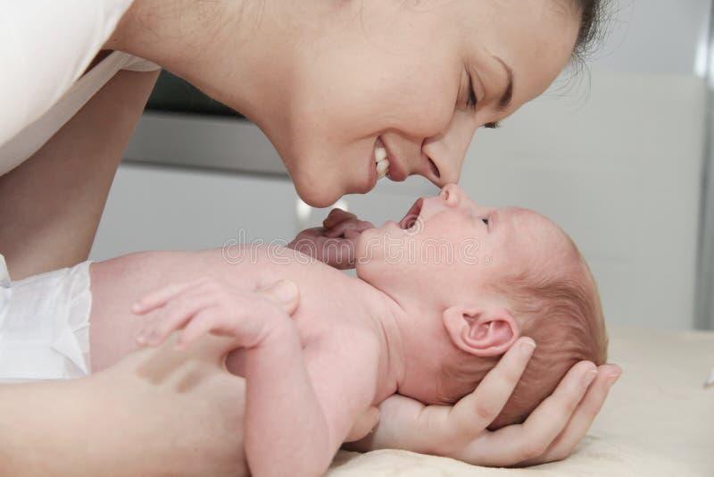 Sira de mãe e seu bebê recém-nascido, pai que guarda as mãos dos neonatos fotografia de stock royalty free
