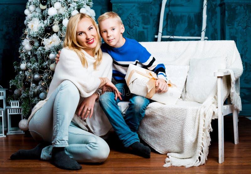 Sira de mãe e seu filho em casa com uma árvore de Natal fotografia de stock