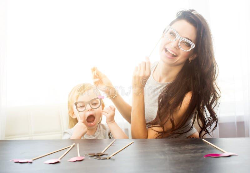 Sira de mãe e sua filha com os acessórios de papel fotografia de stock