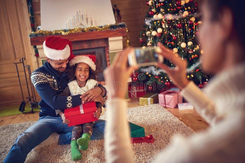 Sira de mãe a fazer a foto do paizinho e da filha pequena fotografia de stock