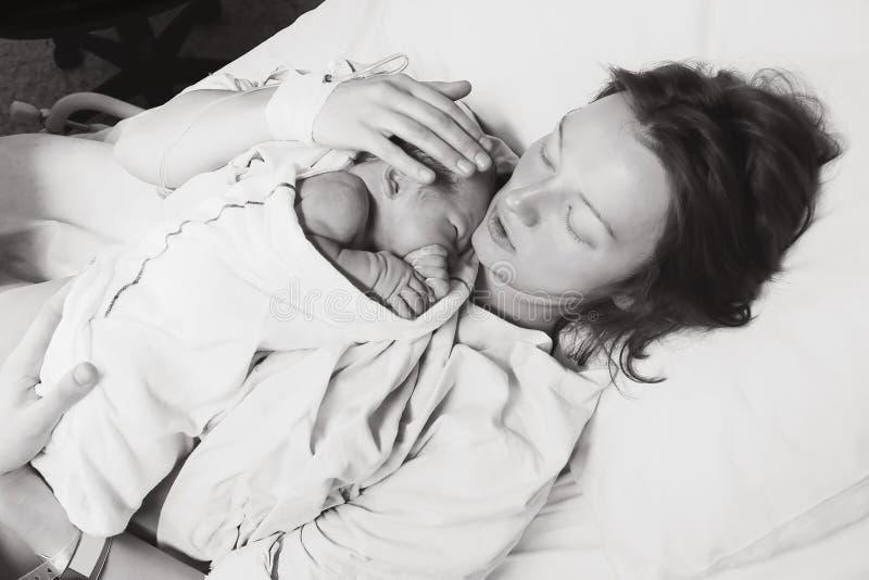Sira de mãe a guardar seu bebê recém-nascido após o trabalho em um hospital fotos de stock royalty free