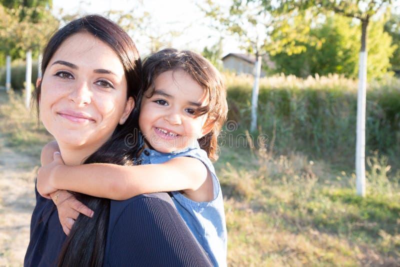 Sira de mãe rebocam consideravelmente com a menina bonito da criança da filha fotografia de stock royalty free
