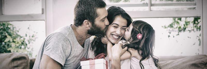Sira de mãe a receber o presente de seus marido e filha fotos de stock