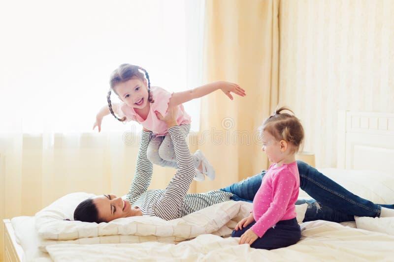 Sira de mãe a ter o divertimento com suas filhas em seu quarto fotografia de stock royalty free
