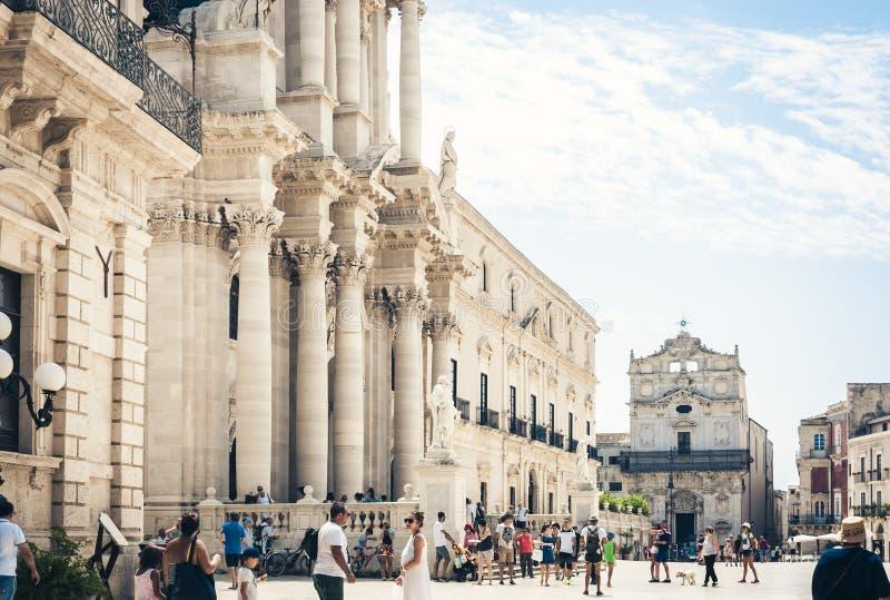 Siracusa Siracusa, ?? della Sicilia, Italia ?12 agosto 2018: Turisti che camminano su Piazza del Duomo quadrata antica con le vec immagine stock
