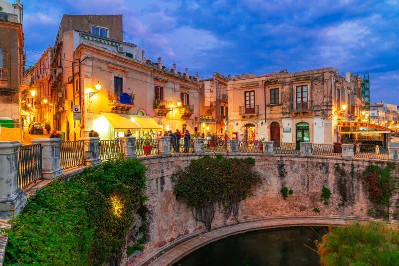 Siracusa, ilha de Sicília, Itália: Opinião da noite da fonte de Arethusa, Ortigia, Siracusa imagens de stock