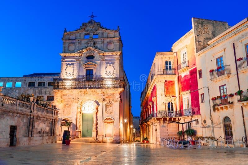Siracusa, ilha de Sicília, Itália: Opinião da noite da igreja com o enterro de Saint Lucy, Ortigia, Siracusa fotografia de stock