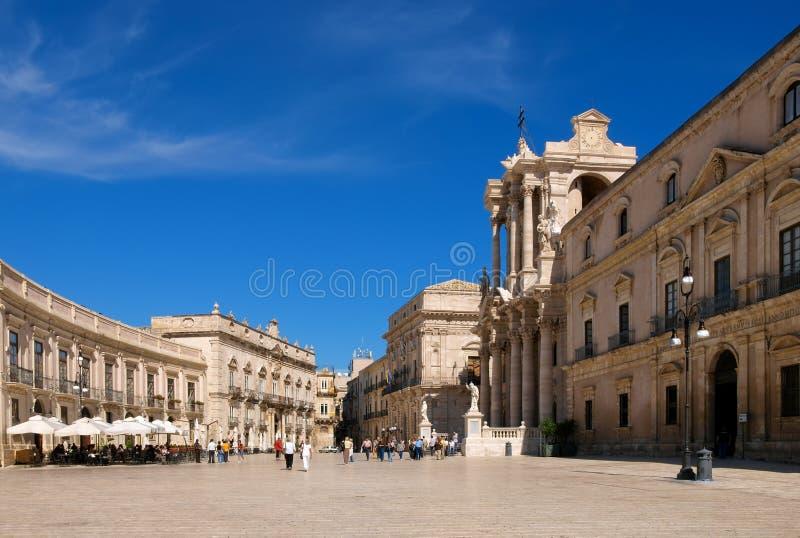 SIRACUSA, ITALIA - 6 OTTOBRE 2008: i turisti visitano il quadrato principale alla piazza del Duomo a Siracusa, Sicilia, Italia immagine stock libera da diritti