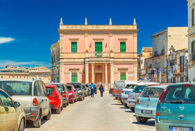 Siracusa, Italia: Vista di vecchia costruzione storica con i una coppia di camminata turistica verso  immagini stock