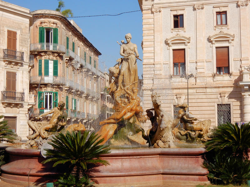 Siracusa, Ortigia con la fontana neoclassica di Diana, Sicilia immagini stock