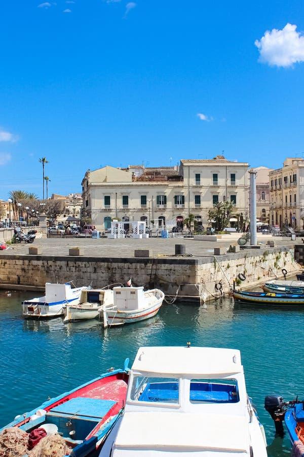 Siracusa, Sicília, Itália - 10 de abril de 2019: Porto bonito entre a cidade de Siracusa e a ilha famosa de Ortigia tomada em um  foto de stock royalty free