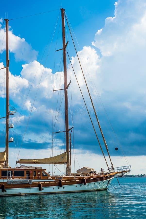 Siracusa, Sicília, Itália – 23 de agosto de 2018: Barcos luxuosos amarrados no porto siciliano de Siracusa que descansa ao espera fotos de stock