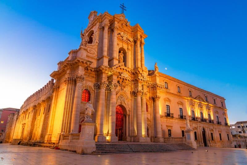 Siracusa, Sicilië, Italië: Nachtmening van Kathedraal van Syracuse, Duomo Di Siracusa of Cattedrale-della Nativita Di Maria stock foto's