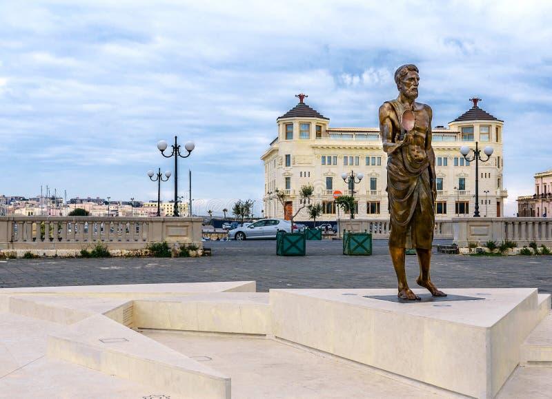 Siracusa Sicilia - Archimedes Statue immagine stock