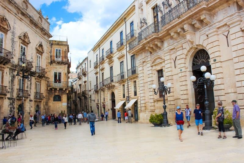 Siracusa, Sicilia, Italia - 10 aprile 2019: La gente che cammina sul quadrato di Piazza Duomo nel centro storico Il centro è indi immagini stock libere da diritti