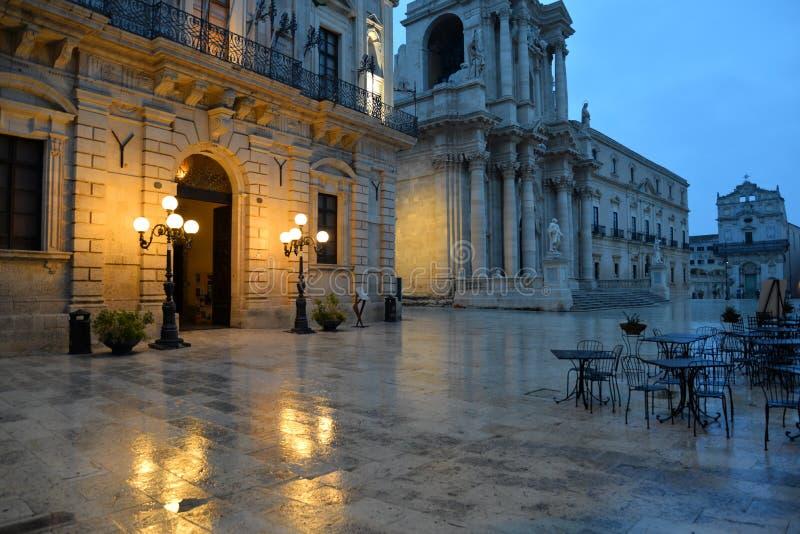 Siracusa, Sicilia, Italia Vista di notte del quadrato centrale della citt? immagine stock