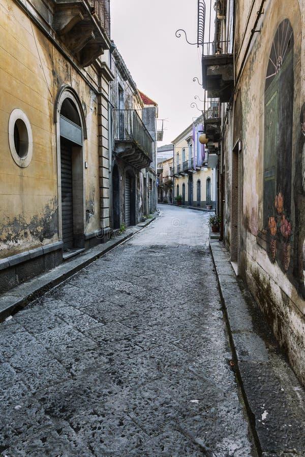 Siracusa, W?ochy, 08/27/2016: Ulica w Sicily z starymi domami w w?oszczyzna stylu przeciw niebieskiemu niebu zdjęcie royalty free