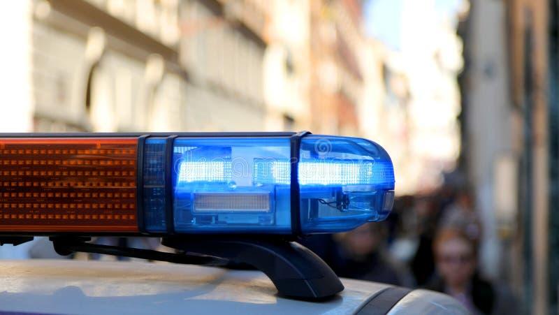 siren av en polisbensindriven bil på en väggspärr för stadssäkerhet royaltyfri fotografi