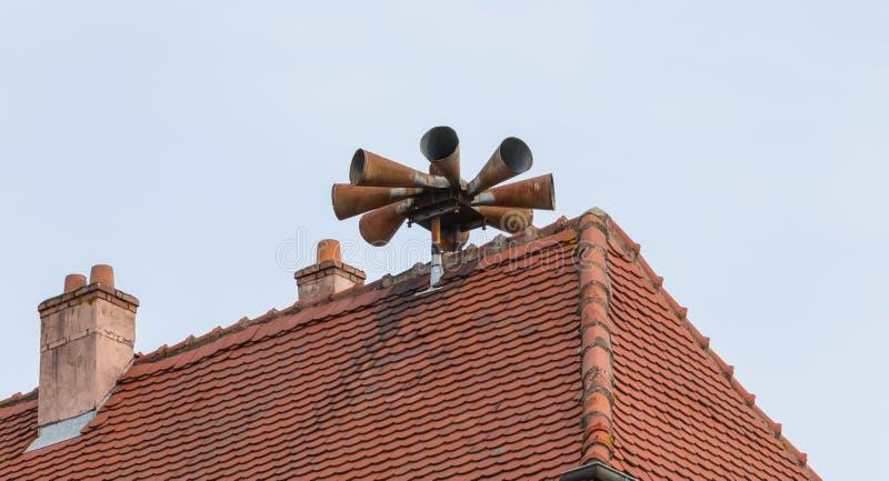 Siren varnar för befolkningar på taket på ett hus arkivbilder