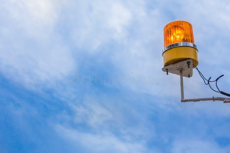 Sirena anaranjada en el cielo azul fotografía de archivo