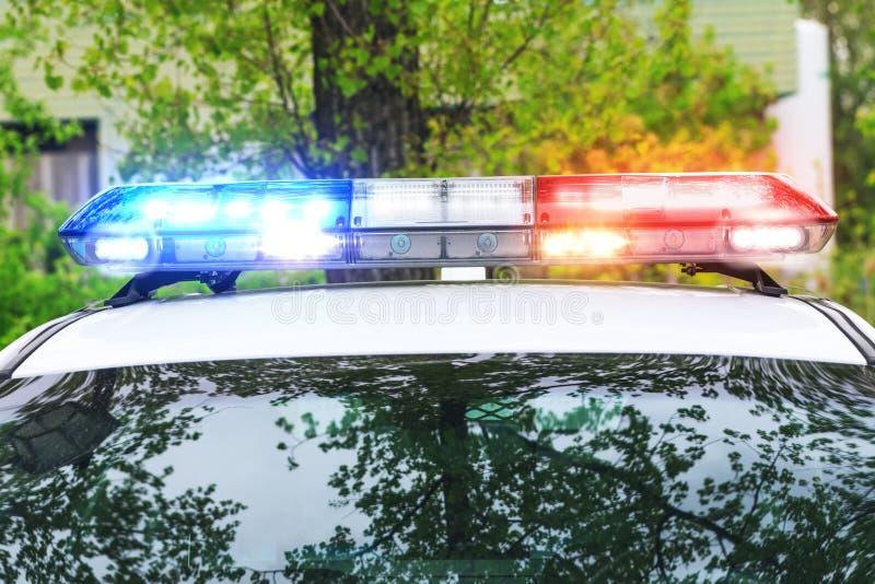 Sirena colorida en el tejado de un coche policía en una operación real foto de archivo