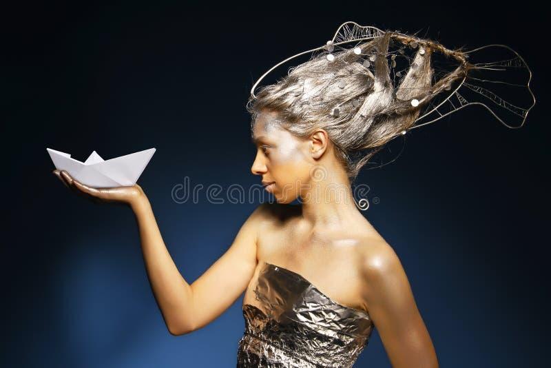 Sirena con una nave de papel imágenes de archivo libres de regalías