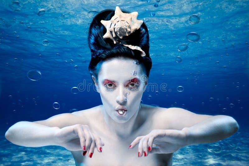 Sirena con una perla imagen de archivo libre de regalías