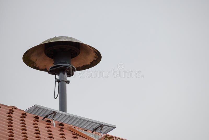 Sirena de fuego en un techo para alarmar a la brigada de bomberos en caso de emergencia, cielo gris con espacio para copiar foto de archivo libre de regalías