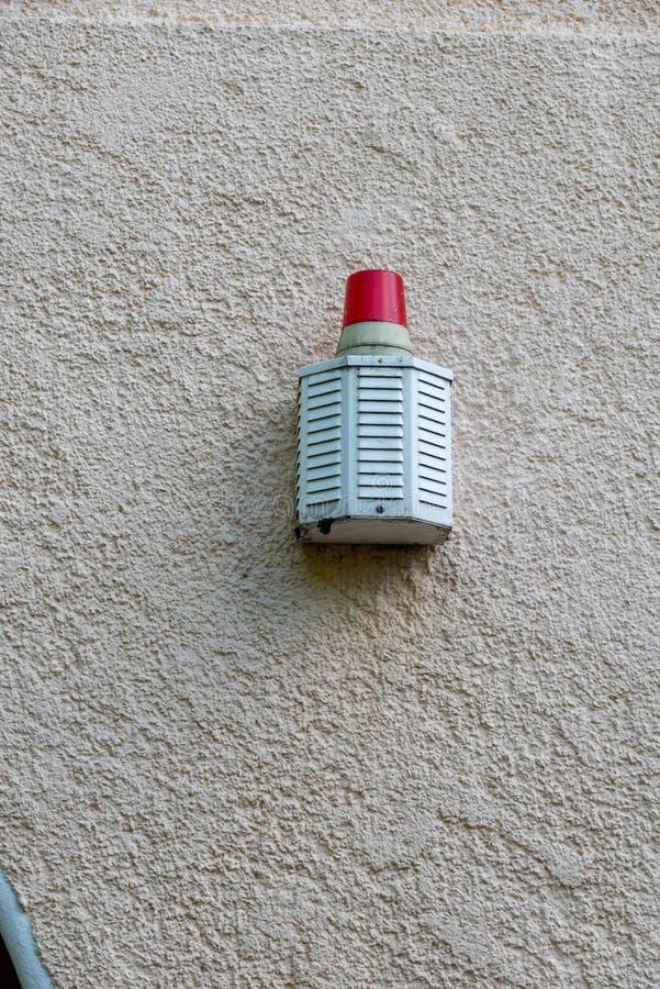 Sirena de la alarma en una pared fotografía de archivo