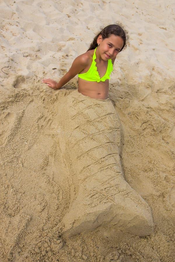 Sirena de la muchacha en la arena fotos de archivo libres de regalías