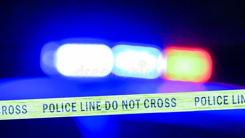 Sirena Defocused del coche policía con la cinta del límite imágenes de archivo libres de regalías